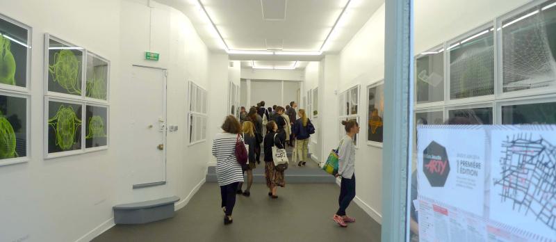 Public à l'entrée de la School Gallery-recadré-HD crédit Diana Bratu